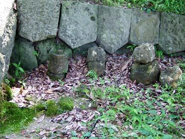 薬師堂境内の古石仏群