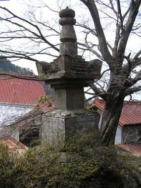 金堂裏の五輪塔