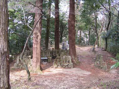 金堂裏の墓石群