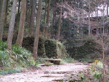 参道と石垣