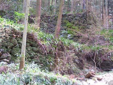 参道脇の石垣