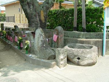 旧城下町の一画にある石仏群