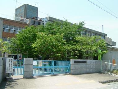 柳本陣屋跡に建つ柳本小学校
