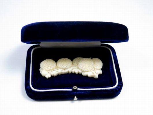 白珊瑚 菊文 彫刻 帯留
