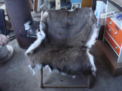シカの皮を椅子に