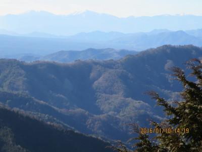 遠くに南アルプスの山々