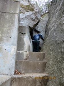 御神体の石の割れ目を潜り抜け
