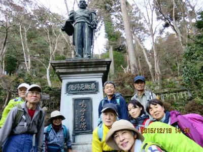 東郷元帥の銅像の前で