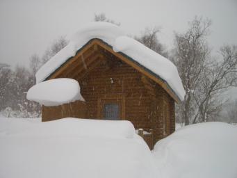 雪中ログハウス