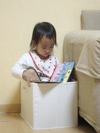 箱に入る子供