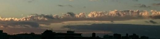 朝の長い雲