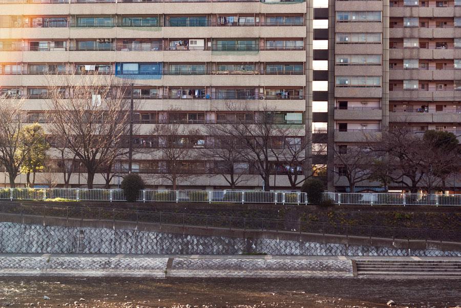 川沿いの団地