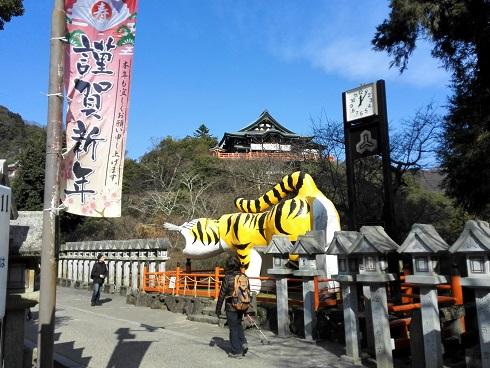 3 虎と信貴山本堂
