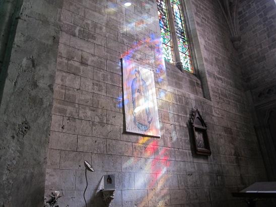 ステンドグラスの色が壁に写る