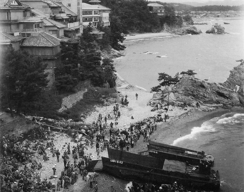 新和歌浦の上陸する元捕虜たち