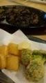 ホッピーセットにつくモモ焼とカマンベールブロッコリーフライ