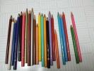 セットからばらけた色鉛筆たち