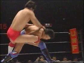 佐野は素早くテイクダウンを奪い、