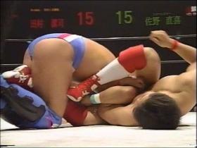 田村は腕十字を狙いつつ、