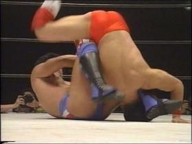 田村すぐに後方回転で脱出し、
