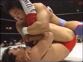 佐野もすぐ反応して右腕は田村の喉元へ