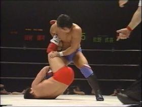 下から田村も膝十字狙い、