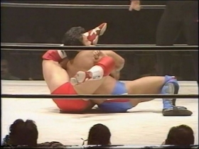 佐野の袈裟固めは田村がヘッドシザースに切り返し、