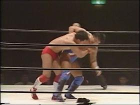 バックに回ると佐野は田村の肩を取って、
