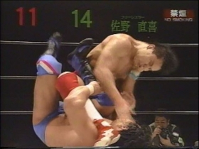 田村は上から強烈な張り手!