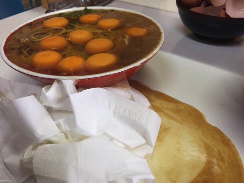 徳島ラーメンに生卵13個落として食う