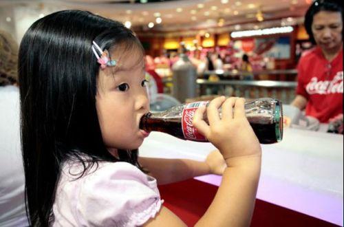【激怒】幼児にコーラを飲ませてたら他人が「飲ませるな!」と激怒 / 幼児にコーラは飲ませるべきか?