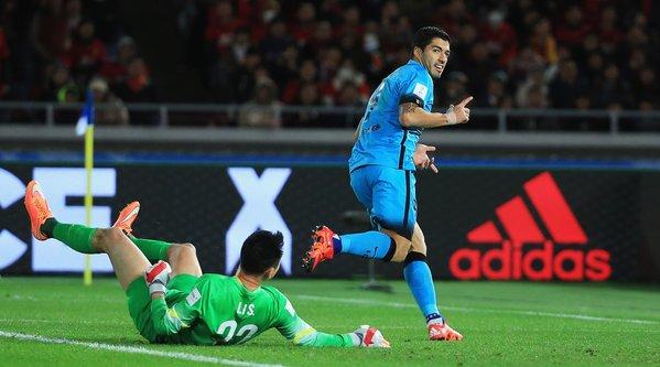 Barcelona 1-0 Guangzhou Evergrande @LuisSuarez9s goal gives Barça advantage