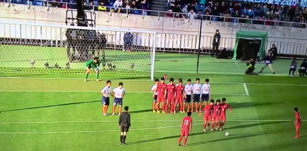 Japanese high school side fool opposition with magnificent free-kick routine