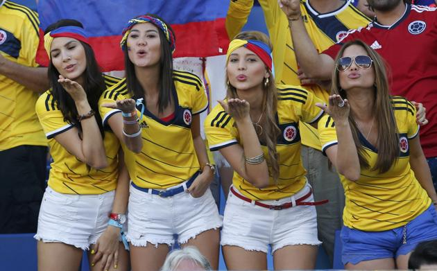 Colombia-fans-blow-kisses.jpg