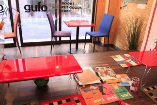 赤いテーブル