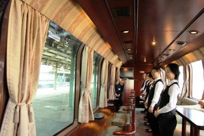 サロンデュノールにクルーが整列トワイライトエクスプレス