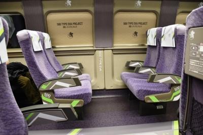 エヴァ新幹線2号車座席と窓のブラインド