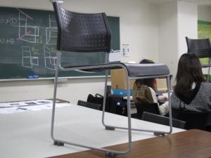 離れて見た椅子