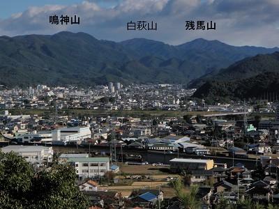 4 鳴神山(左)と残馬山(右)