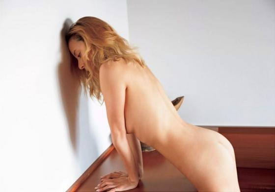 道端アンジェリカ 手ブラとお尻の割れ目を披露したヌードグラビア 画像24枚 5