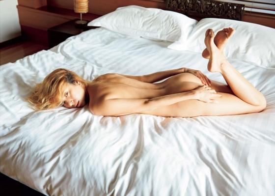 道端アンジェリカ 手ブラとお尻の割れ目を披露したヌードグラビア 画像24枚 6