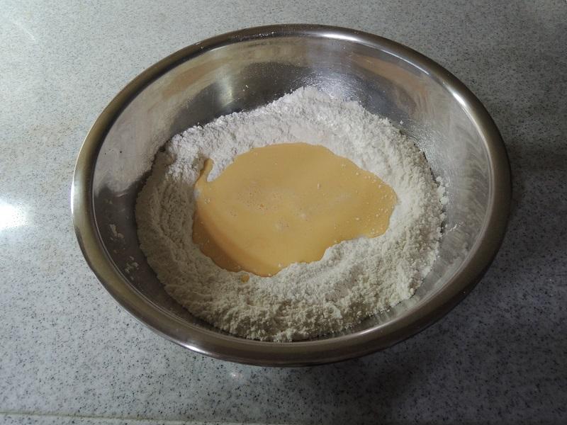粉と液体を合わせます