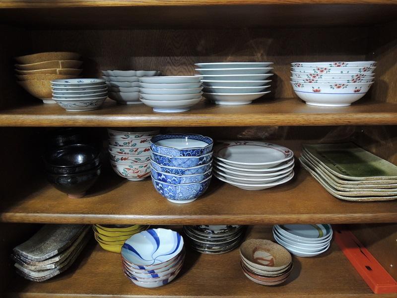 お正月用の器を配置した食器棚