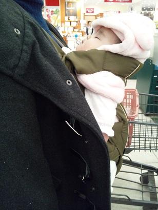 パパが抱っこ紐2