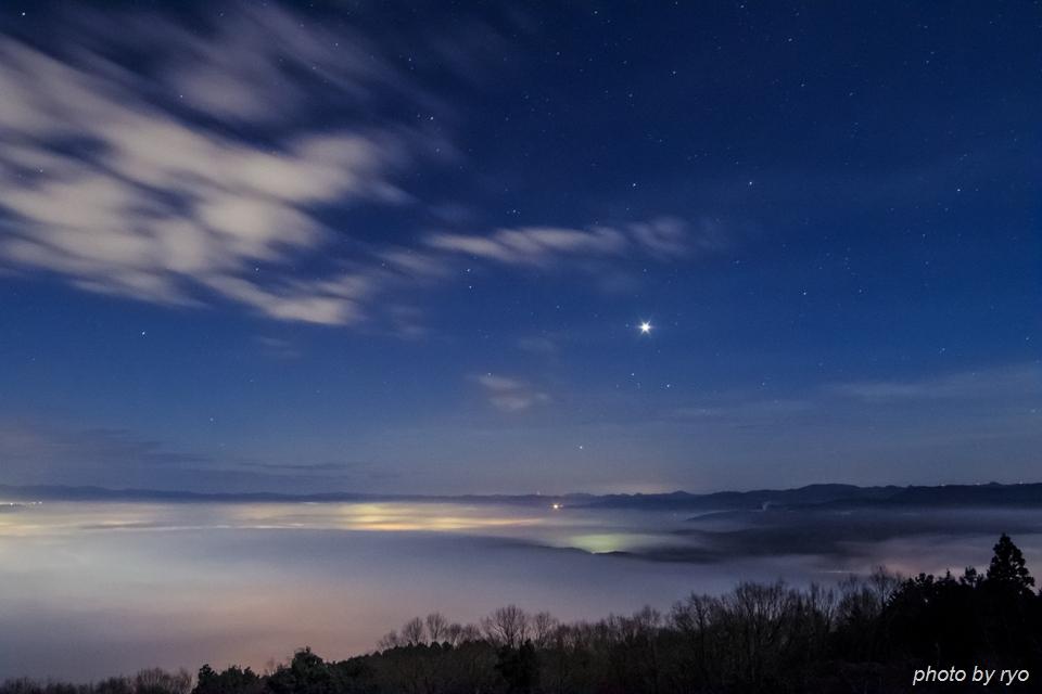 霧の低い、雲の多い、強い光の日の出の日に_1