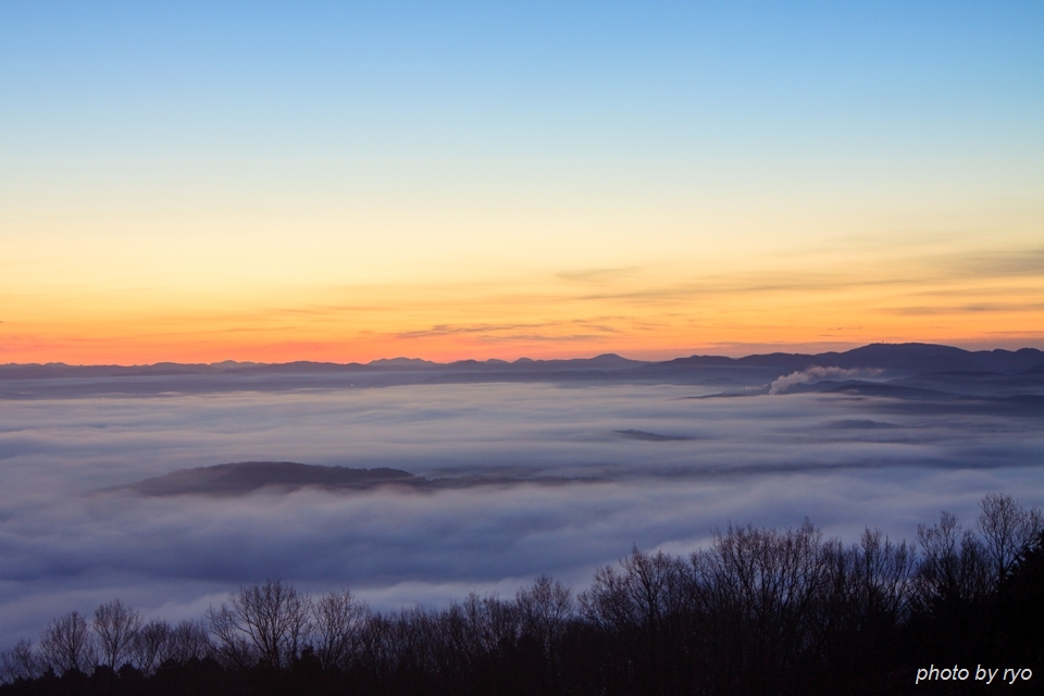 霧の低い、雲の多い、強い光の日の出の日に_4