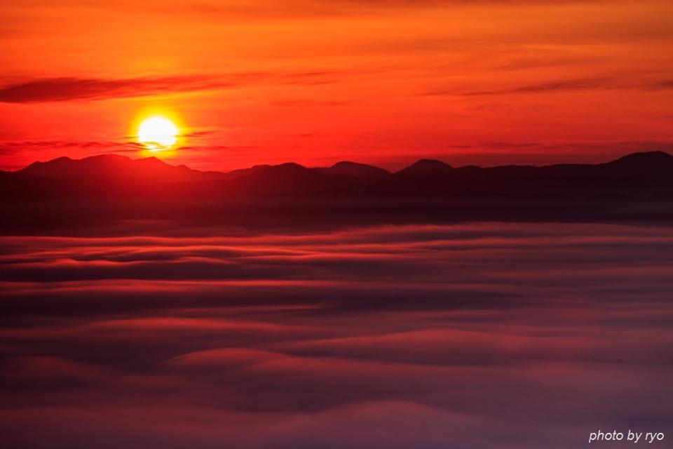 霧の低い、雲の多い、強い光の日の出の日に_6