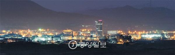①28日午後、京畿道坡州の都羅山展望台から見た北朝鮮開城工業団地。建物の照明で明るく輝いている。2015年12月30日08時27分 中央日報中央日報日本語版