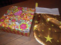 [写真]クリスマスプレゼントが入っていたカラフルなボックスと金色の靴下