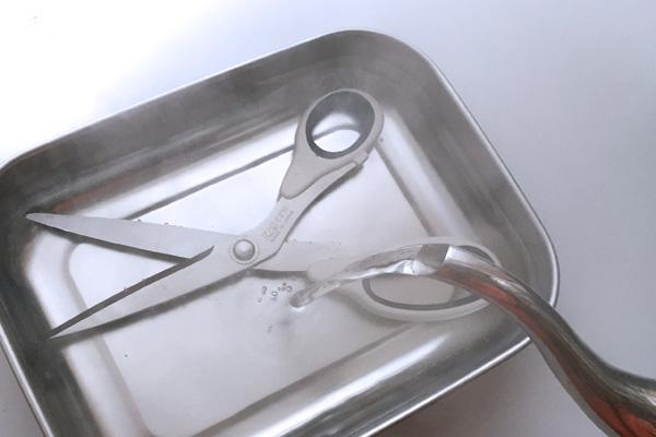 ハサミをお湯に浸す
